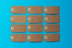 Καφετιά ετικέτα eco με το χαρτοκιβώτιο του Κραφτ σε ένα μπλε υπόβαθρο Πρότυπο στοκ εικόνα