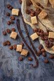 Καφετιά ζάχαρη καλάμων, φασόλια καφέ και λοβοί βανίλιας Στοκ Εικόνα