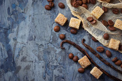 Καφετιά ζάχαρη καλάμων, φασόλια καφέ και λοβοί βανίλιας Στοκ εικόνα με δικαίωμα ελεύθερης χρήσης