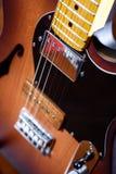 Καφετιά ηλεκτρική κιθάρα κιγκλιδωμάτων συνήθειας Στοκ Φωτογραφία