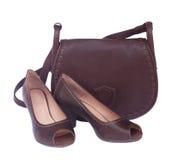 Καφετιά θηλυκή τσάντα με τα παπούτσια και το μαντίλι Στοκ Φωτογραφία