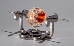 Καφετιά διαφανής χάντρα γυαλιού στη βελόνα Στοκ φωτογραφία με δικαίωμα ελεύθερης χρήσης