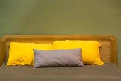 Καφετιά κίτρινα μαξιλάρια κρεβατιών Στοκ εικόνες με δικαίωμα ελεύθερης χρήσης