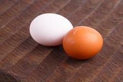 Καφετιά και άσπρα αυγά κοτόπουλου Στοκ εικόνα με δικαίωμα ελεύθερης χρήσης
