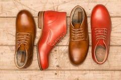 Καφετιά και κόκκινα παπούτσια ατόμων Στοκ Εικόνα