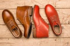 Καφετιά και κόκκινα παπούτσια ατόμων Στοκ φωτογραφία με δικαίωμα ελεύθερης χρήσης
