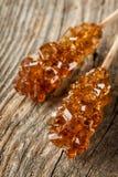 Καφετιά καραμέλα ζάχαρης βράχου κρυστάλλου στενό σε έναν επάνω ραβδιών (μακροεντολή) Στοκ εικόνα με δικαίωμα ελεύθερης χρήσης