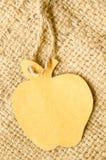 Καφετιά κενή μορφή μήλων ετικεττών στο υπόβαθρο σάκων Στοκ εικόνα με δικαίωμα ελεύθερης χρήσης