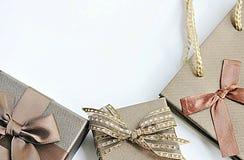 Καφετιά κιβώτια με την τσάντα Στοκ φωτογραφίες με δικαίωμα ελεύθερης χρήσης