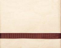 Καφετιά κορδέλλα πέρα από την εκλεκτής ποιότητας ανασκόπηση εγγράφου δώρων παλαιά Στοκ εικόνες με δικαίωμα ελεύθερης χρήσης