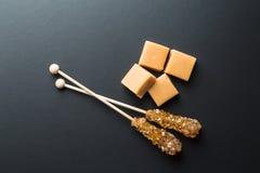 Καφετιά κρύσταλλα ζάχαρης στην καραμέλα ραβδιών και καραμέλας Στοκ Εικόνα