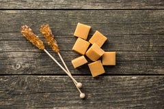 Καφετιά κρύσταλλα ζάχαρης στις καραμέλες ραβδιών και καραμέλας Στοκ εικόνες με δικαίωμα ελεύθερης χρήσης