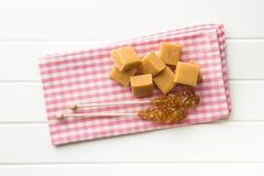 Καφετιά κρύσταλλα ζάχαρης στις καραμέλες ραβδιών και καραμέλας Στοκ Φωτογραφίες
