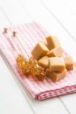 Καφετιά κρύσταλλα ζάχαρης στις καραμέλες ραβδιών και καραμέλας Στοκ Εικόνες