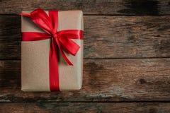 Καφετιά κόκκινη κορδέλλα δεσμών τόξων κιβωτίων δώρων στοκ εικόνες