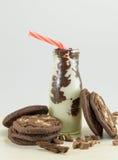 Καφετιά μπισκότα και γάλα τσιπ σοκολάτας Στοκ εικόνες με δικαίωμα ελεύθερης χρήσης