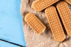 Καφετιά μπισκότα μπισκότων σε ζαρωμένο χαρτί Στοκ φωτογραφία με δικαίωμα ελεύθερης χρήσης