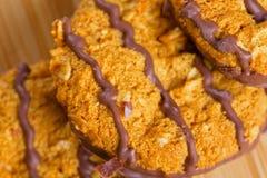Καφετιά μπισκότα σοκολάτας στον ξύλινο πίνακα Στοκ φωτογραφίες με δικαίωμα ελεύθερης χρήσης