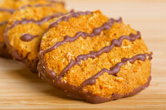 Καφετιά μπισκότα σοκολάτας στον ξύλινο πίνακα Στοκ Εικόνες
