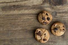 Καφετιά μπισκότα στο ξύλινο υπόβαθρο Στοκ φωτογραφία με δικαίωμα ελεύθερης χρήσης