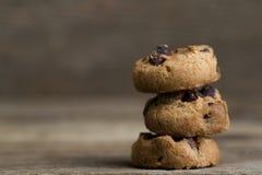 Καφετιά μπισκότα στο ξύλινο υπόβαθρο Στοκ Φωτογραφίες