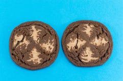 Καφετιά μπισκότα τσιπ σοκολάτας στο μπλε Στοκ φωτογραφία με δικαίωμα ελεύθερης χρήσης