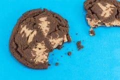 Καφετιά μπισκότα τσιπ σοκολάτας στο μπλε Στοκ εικόνες με δικαίωμα ελεύθερης χρήσης