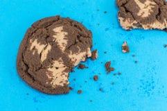 Καφετιά μπισκότα τσιπ σοκολάτας στο μπλε Στοκ Εικόνες