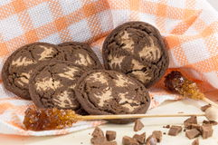 Καφετιά μπισκότα τσιπ σοκολάτας στο πορτοκαλί τραπεζομάντιλο Στοκ Εικόνες