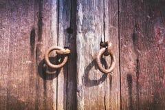 Καφετιά ξύλινη παλαιά λαβή πορτών μετάλλων στην παλαιά ξύλινη πόρτα nocker Στοκ Εικόνες