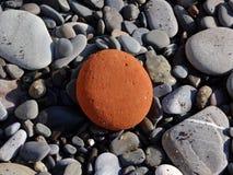 Καφετιά πέτρα μεταξύ των πετρών Στοκ εικόνες με δικαίωμα ελεύθερης χρήσης