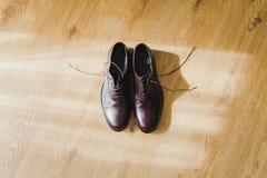 Καφετιά παπούτσια ατόμων γάμος παπούτσια ατόμων s φορεμάτω&nu Στοκ Εικόνες