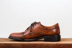 Καφετιά παπούτσια ατόμων δέρματος μόδας στον πίνακα Στοκ εικόνες με δικαίωμα ελεύθερης χρήσης