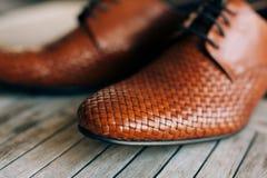 Καφετιά παπούτσια ατόμων με τις δαντέλλες στο ξύλινο υπόβαθρο Στοκ Εικόνες
