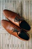 Καφετιά παπούτσια ατόμων με τις δαντέλλες στο ξύλινο υπόβαθρο Στοκ φωτογραφίες με δικαίωμα ελεύθερης χρήσης