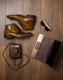 Καφετιά παπούτσια, κάμερα ζωνών, τσαντών και ταινιών με το lap-top Στοκ φωτογραφίες με δικαίωμα ελεύθερης χρήσης