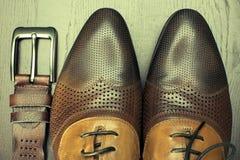 Καφετιά παπούτσια και στενός επάνω ζωνών Στοκ εικόνα με δικαίωμα ελεύθερης χρήσης