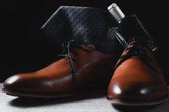 Καφετιά παπούτσια με το δεσμό και το άρωμα στοκ εικόνες