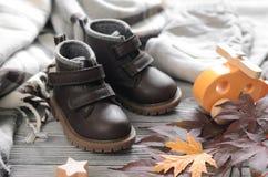 Καφετιά παπούτσια παιδιών δέρματος μόδας, εσώρουχα τζιν και εξαρτήματα Α Στοκ Εικόνες