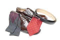 Καφετιά παπούτσια φορεμάτων με την κόκκινη γραβάτα Στοκ Εικόνες