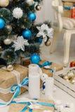 Καφετιά παρόντα κιβώτια που διακοσμούνται με τη στάση κορδελλών κάτω από τα Χριστούγεννα στοκ φωτογραφίες