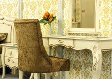 Καφετιά πολυθρόνα βελούδου κοντά σε έναν πίνακα καθρεφτών Στοκ φωτογραφίες με δικαίωμα ελεύθερης χρήσης