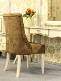 Καφετιά πολυθρόνα βελούδου κοντά σε έναν πίνακα καθρεφτών Στοκ φωτογραφία με δικαίωμα ελεύθερης χρήσης