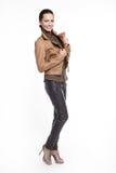 καφετιά προκλητική χαμογελώντας μοντέρνη γυναίκα σακακιών Στοκ εικόνες με δικαίωμα ελεύθερης χρήσης