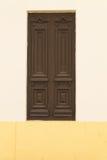 Καφετιά πόρτα στον τοίχο Στοκ φωτογραφίες με δικαίωμα ελεύθερης χρήσης