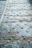 καφετιά ρόπτρα ορείχαλκου arsago σκουριασμένα σε ένα κλειστό ξύλο Στοκ εικόνες με δικαίωμα ελεύθερης χρήσης