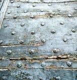 καφετιά ρόπτρα ορείχαλκου arsago σκουριασμένα σε ένα κλειστό ξύλο Στοκ φωτογραφίες με δικαίωμα ελεύθερης χρήσης