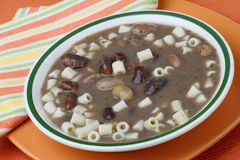 Καφετιά σούπα φασολιών με macaroni Στοκ Εικόνες