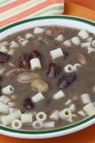 Καφετιά σούπα φασολιών με macaroni Στοκ εικόνα με δικαίωμα ελεύθερης χρήσης