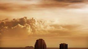 Καφετιά σύννεφα πέρα από τη θάλασσα απόθεμα βίντεο